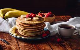 Panquecas caseiros com morangos e banana Imagem de Stock
