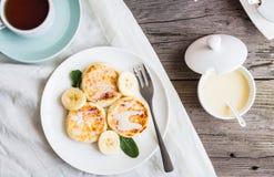 Panquecas caseiros do requeijão com banana, leite condensado, Br fotografia de stock royalty free
