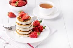Panquecas caseiros saborosos do requeijão com as morangos no conceito saudável saboroso do café da manhã do café da manhã de Diey fotos de stock royalty free
