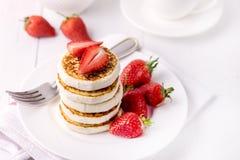 Panquecas caseiros saborosos do requeijão com as morangos no conceito saudável saboroso do café da manhã do café da manhã de Diey fotografia de stock royalty free