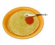 Panquecas caviar salmon, colher de chá no branco Fotografia de Stock Royalty Free