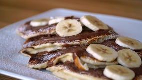 Panquecas com banana e chocolate, café da manhã delicioso com panquecas vídeos de arquivo