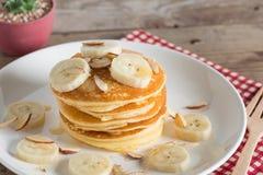 Panquecas com bananas amêndoa e molho do caramelo Foco seletivo Imagens de Stock Royalty Free