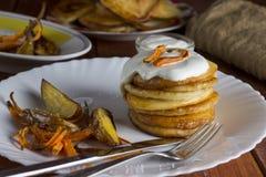 Panquecas com creme de leite, os vegetais cozidos e as batatas Fotografia de Stock Royalty Free