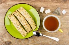 Panquecas com enchido na placa, chá, açúcar, saquinho de chá fotos de stock