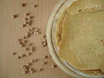 Panquecas com farinha dos grãos-de-bico Panquecas da dieta Panquecas, grãos-de-bico na tabela, vista superior Imagem de Stock Royalty Free