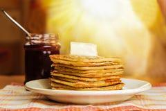 Panquecas com manteiga e doce na tabela Imagens de Stock
