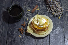 Panquecas com manteiga e mel em um fundo preto Fotografia de Stock Royalty Free
