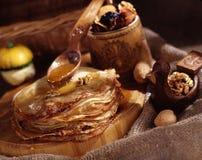Panquecas com mel e frutas secadas Imagem de Stock Royalty Free
