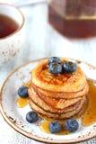 Panquecas com mel e mirtilos Foto de Stock Royalty Free