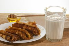 Panquecas com mel e um vidro do leite fresco Foto de Stock
