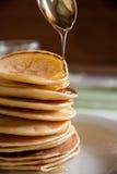 Panquecas com mel para o café da manhã Foto de Stock