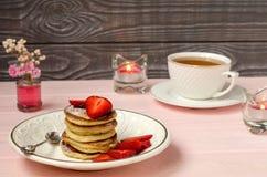Panquecas com morangos e chá Imagem de Stock