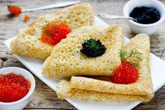 Panquecas com o caviar vermelho e preto Imagens de Stock Royalty Free