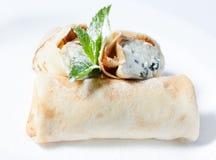 Panquecas com queijo de casa de campo no açúcar pulverizado Foto de Stock Royalty Free
