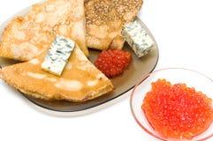 Panquecas com queijo e o caviar vermelho no fundo branco fotos de stock