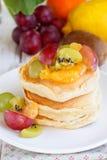 Panquecas com salada de fruta Imagem de Stock Royalty Free