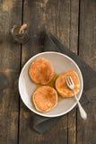 Panquecas com uvas-do-monte fotografia de stock royalty free