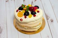 Panquecas com vários frutos e um creme delicado em um fundo branco de madeira Imagens de Stock Royalty Free