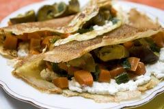Panquecas com vegetais e queijo de casa de campo fotos de stock royalty free