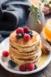 Panquecas da aveia com bagas e Honey For Breakfast fotografia de stock royalty free