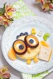 Panquecas da coruja para o café da manhã das crianças Foto de Stock Royalty Free