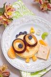 Panquecas da coruja para o café da manhã das crianças Imagens de Stock