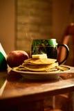 Panquecas da manhã com chá Fotografia de Stock