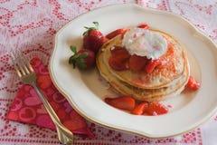 Panquecas da morango do dia de Valentim Imagem de Stock