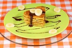 Panquecas dadas forma coração com chocolate e banana fotografia de stock