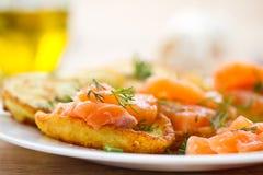 Panquecas de batata com salmões salgados Imagem de Stock
