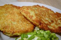 Panquecas de batata fritadas caseiros com creme de leite e as cebolas verdes Imagens de Stock Royalty Free