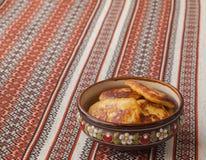 Panquecas de batata grossas em uma tabela (produtos produzidos em massa) Fotografia de Stock Royalty Free