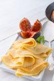 Panquecas de Flambéed com figos e cerejas Fotografia de Stock