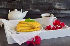 Panquecas de queijo com chá em uma bandeja de madeira Imagens de Stock