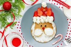 Panquecas de Santa Claus com chantiliy e morangos foto de stock