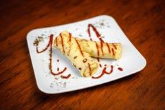 Panquecas deliciosas com carne, especiarias e molho em uma placa branca Foto de Stock Royalty Free