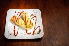 Panquecas deliciosas com carne, especiarias e molho em uma placa branca Fotos de Stock