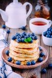Panquecas deliciosas com mirtilos e mel frescos Foto de Stock