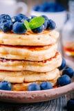 Panquecas deliciosas com mirtilos e mel frescos Imagem de Stock Royalty Free