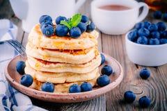 Panquecas deliciosas com mirtilos e mel frescos Fotos de Stock