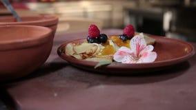 Panquecas deliciosas da sobremesa dadas os toques finais pelo cozinheiro chefe video estoque