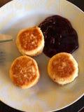 Panquecas deliciosas do queijo fresco com doce de cereja imagem de stock royalty free
