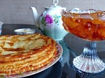 Panquecas do blini do russo, doce da maçã e leite condensado Celebração de Maslenitsa Maslenitsa fotografia de stock royalty free