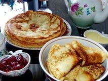 Panquecas do blini do russo e doce da maçã, leite condensado, mel Celebração de Maslenitsa Maslenitsa está um oriental imagem de stock royalty free