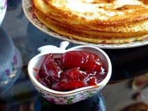 Panquecas do blini do russo e doce da maçã, leite condensado, mel Maslenitsa é um feriado tradicional eslavo oriental imagens de stock