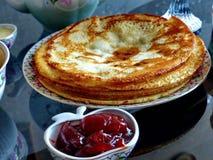 Panquecas do blini do russo e doce da maçã, leite condensado, mel Maslenitsa é um feriado tradicional eslavo oriental foto de stock royalty free