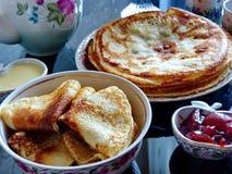 Panquecas do blini do russo e doce da maçã, leite condensado, mel Maslenitsa é um feriado tradicional eslavo oriental imagens de stock royalty free