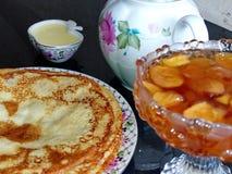Panquecas do blini do russo e doce da maçã, leite condensado, mel Maslenitsa é um feriado tradicional eslavo oriental fotos de stock royalty free