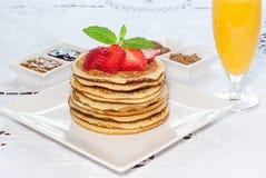 Panquecas do café da manhã com morangos Fotos de Stock Royalty Free